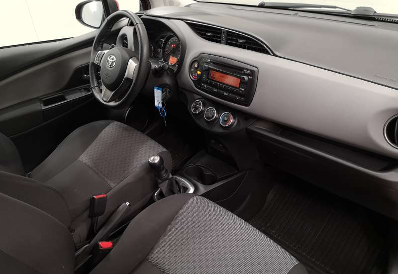 Cumpara Toyota Yaris 2015 cu 41,217 kilometrii   posibilitate leasing